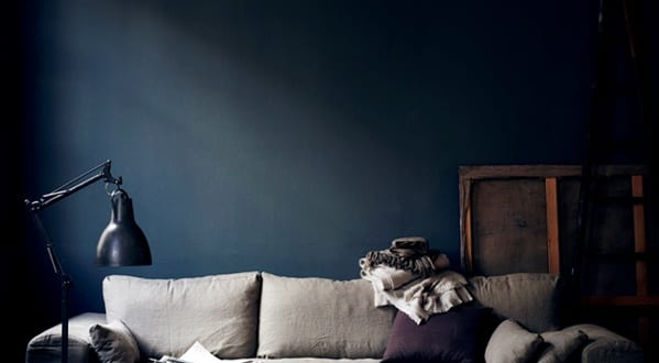 wand streichen in dunkelblau wandfarbe blau hans blomquist freshouse. Black Bedroom Furniture Sets. Home Design Ideas