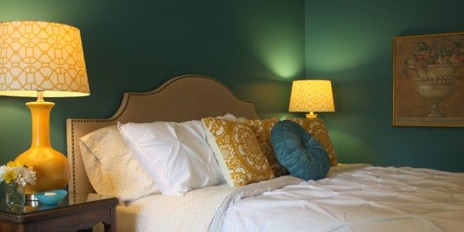 Wandfarbe Grün Und Gelbe Nachttischlampen