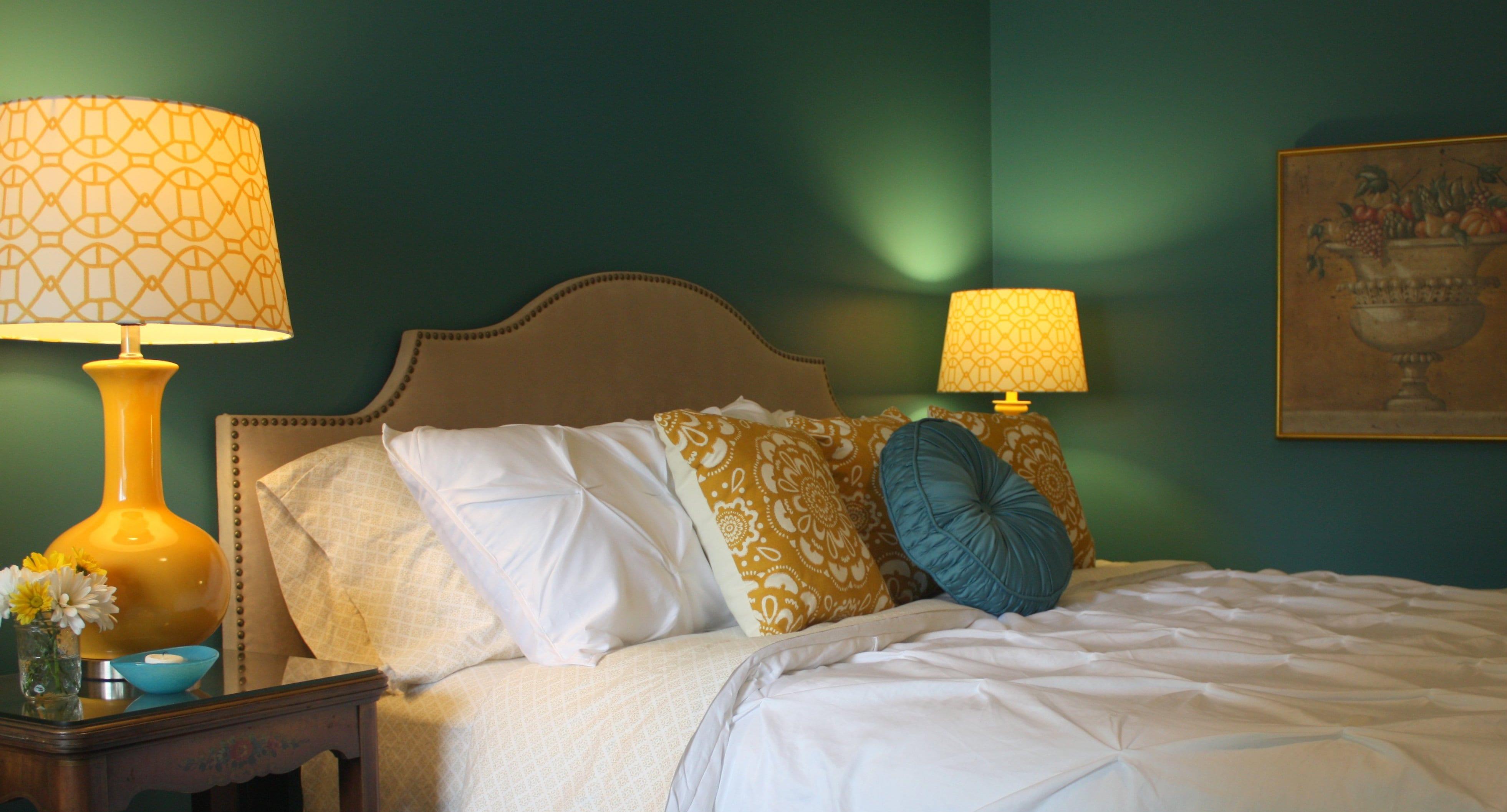Wandfarbe gr n und gelbe nachttischlampen freshouse - Wandfarbe gelb ...