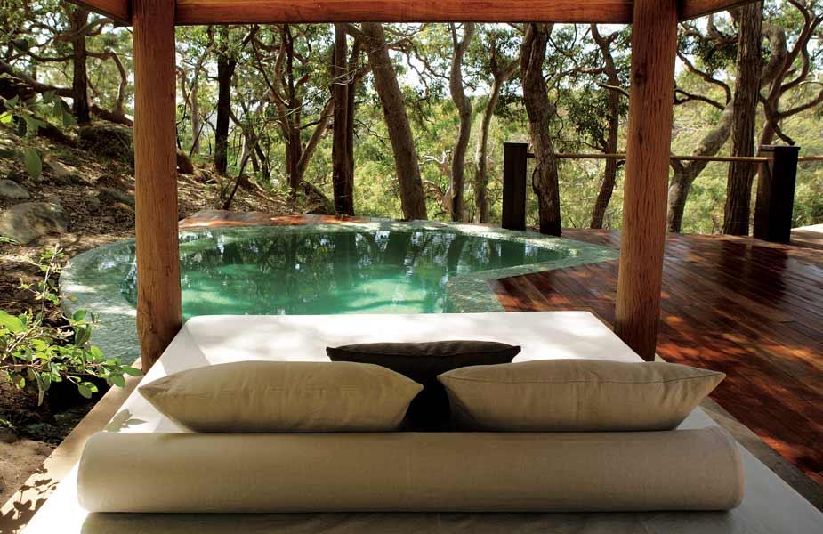 Weißes Bett Auf Holzterrasse Mit Pool Als Idee Für Moderne Terrasse
