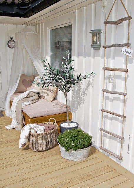 wpc terrassen mit diy liegesofa mit baldachin und seilleiter terrassendeko freshouse. Black Bedroom Furniture Sets. Home Design Ideas