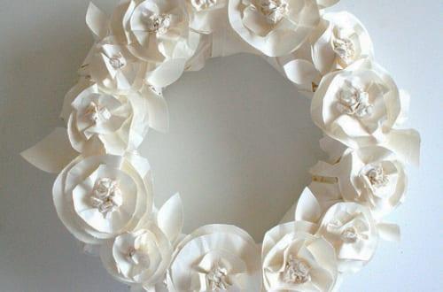 Bastelidee für Frühlingsdeko mit Blumenkranz aus Papier