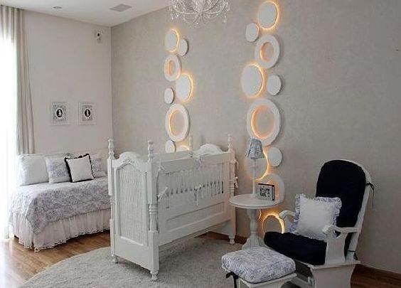 Babyzimmer Wandgestaltung babyzimmer weiß mit cooler wandgestaltung mit runden wandleuchten