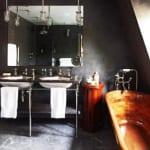 badezimmer-grau-mit-freistehende-badewanne-holz