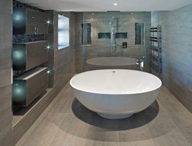 badezimmer grau mit naturstein und freistehende badewanne. Black Bedroom Furniture Sets. Home Design Ideas