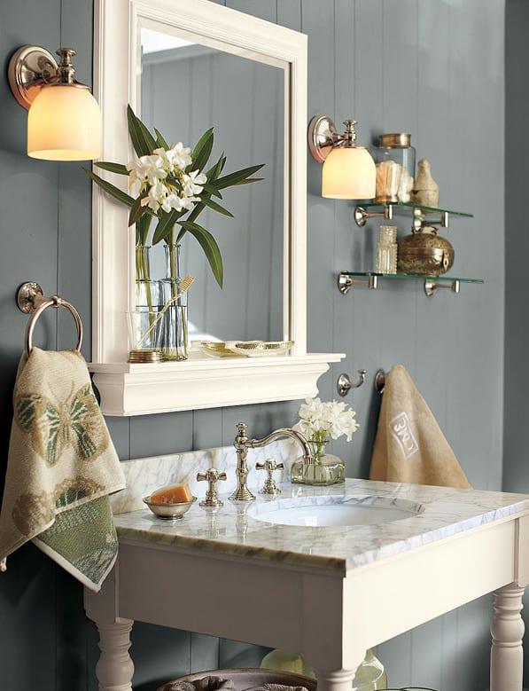 badezimmer grau mit wei en badezimmerspiegel und waschtisch aus holz freshouse. Black Bedroom Furniture Sets. Home Design Ideas