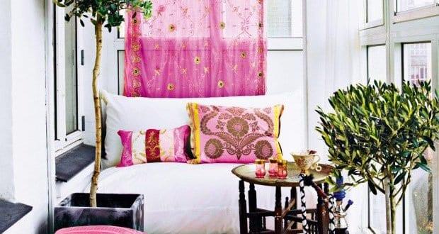 balkon idee f r den sommer mit sitzm bel wei und rosafarbige gardinen und kissen freshouse. Black Bedroom Furniture Sets. Home Design Ideas