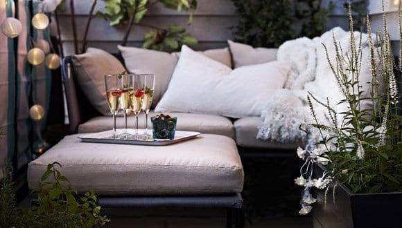 balkon ideen f r balkon gestalten mit sitzecke und wei en kissen freshouse. Black Bedroom Furniture Sets. Home Design Ideas