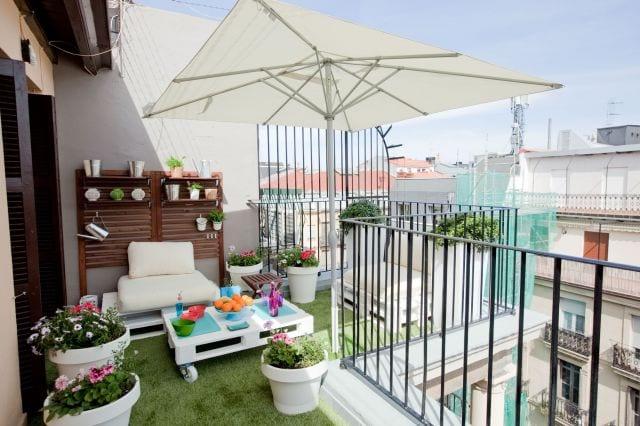 Balkon Paletten balkon ideen mit diy gartenmöbel aus paletten in weiß - freshouse