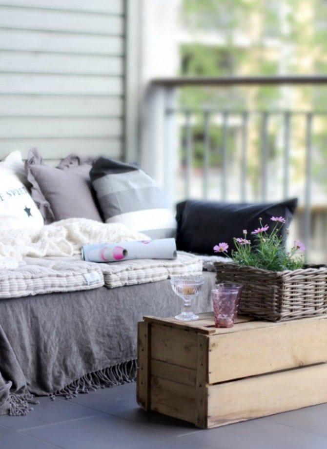 balkon ideen mit diy couchtisch aus paletten und sofa mit. Black Bedroom Furniture Sets. Home Design Ideas