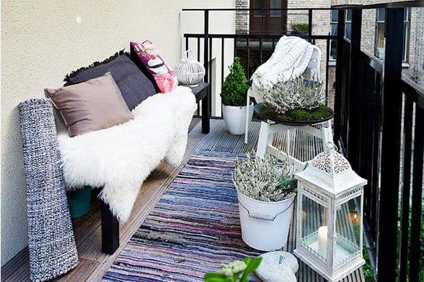 balkon ideen mit wei en blument pfen und laterne freshouse. Black Bedroom Furniture Sets. Home Design Ideas