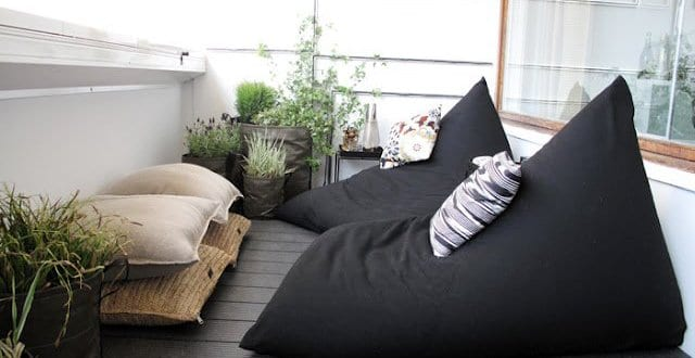 balkon ideen mit wpc terrassendiele und schwarzen sitzkissen freshouse. Black Bedroom Furniture Sets. Home Design Ideas