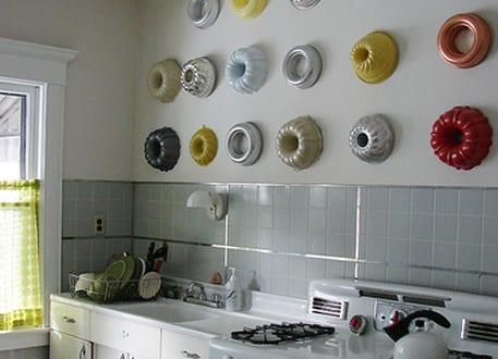 Farbige Kuchenwandgestaltung Mit Runden Backformen An Weisser Wand