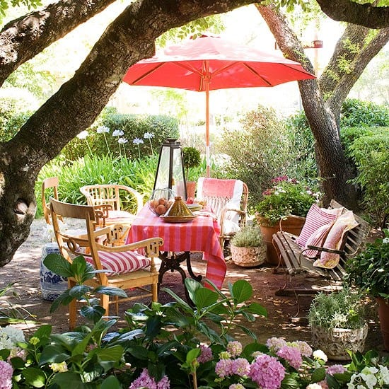 gartengestaltung mit gartenm bel aus holz und sonnenschirm rosa freshouse. Black Bedroom Furniture Sets. Home Design Ideas