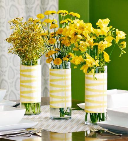 gelbe fr glingsdeko mit blumen als tischdeko in gelb freshouse. Black Bedroom Furniture Sets. Home Design Ideas