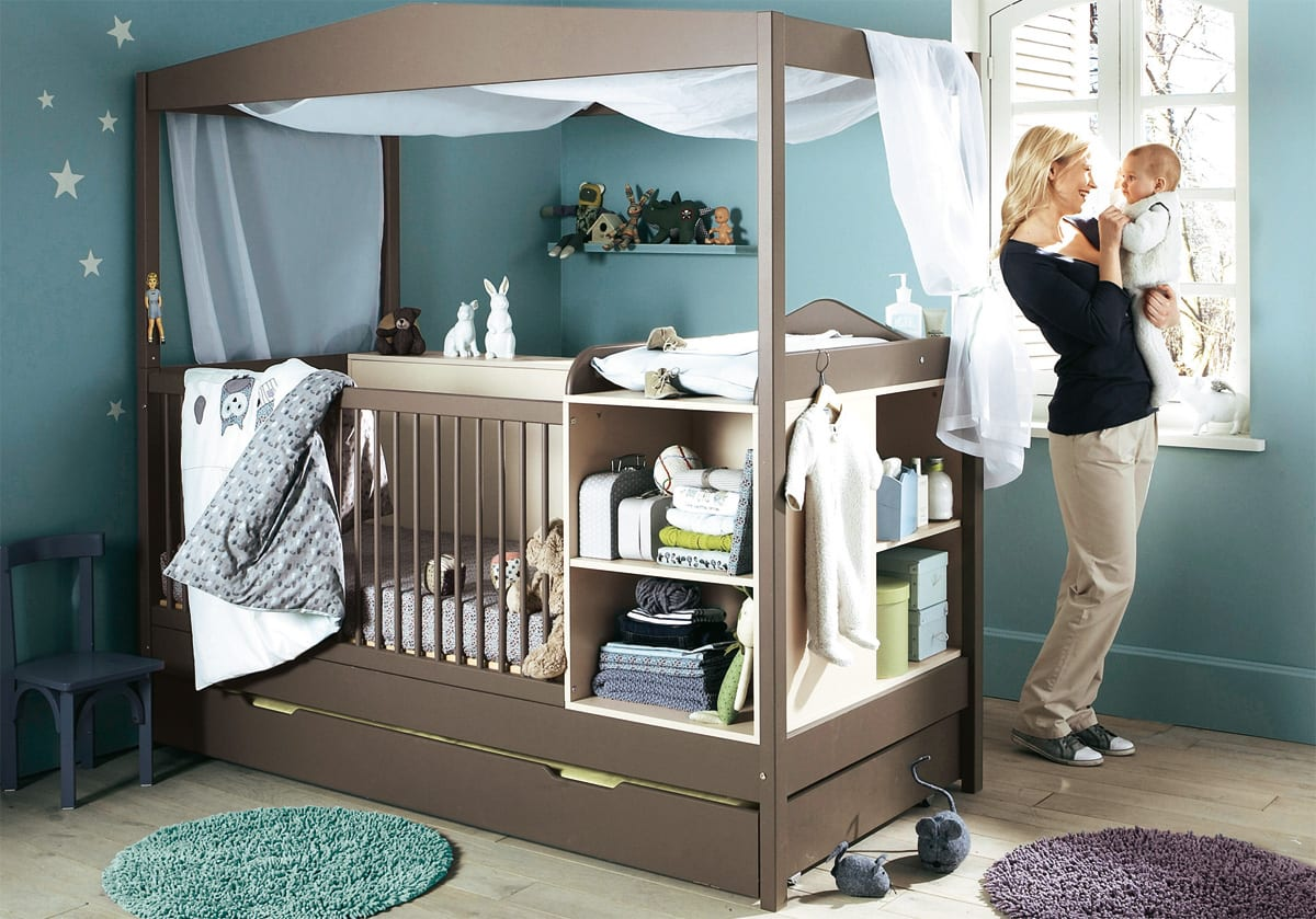gestaltung babyzimmer junge mit wandfarbe blau und babybett braun ...