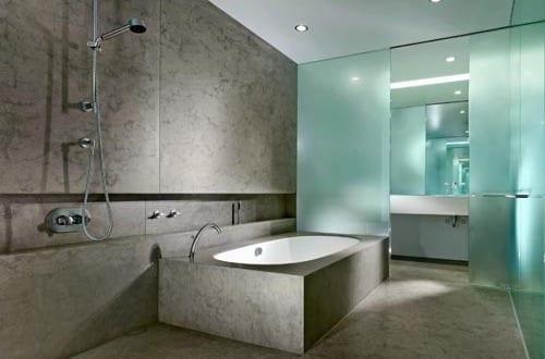 ideen badezimmer grau mit glaswänden und badewanne aus beton - fresHouse