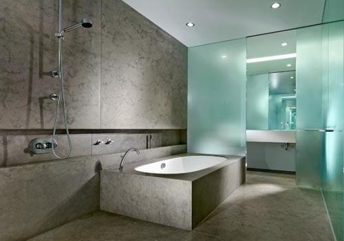 Ideen badezimmer grau mit glasw nden und badewanne aus for Badezimmer mit dusche idee