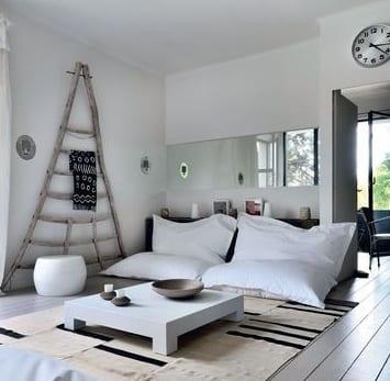 Interior Design In Weiß Für Modernes Wohnzimmer Mit Sitzkissen Und  Holzboden Hellgrau