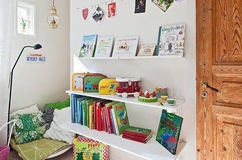 Kinderzimmer einrichten mit wei en b cherregalen und nische mit sitzecke freshouse - Sitzecke kinderzimmer ...