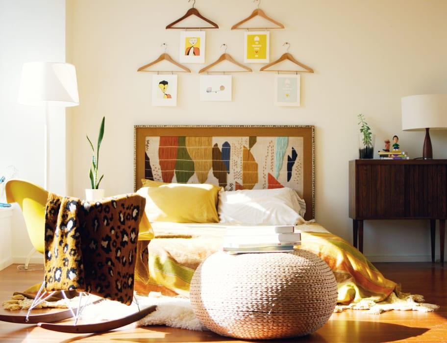 schlafzimmer wandgestaltung mit kleiderbügeln aus holz - fresHouse