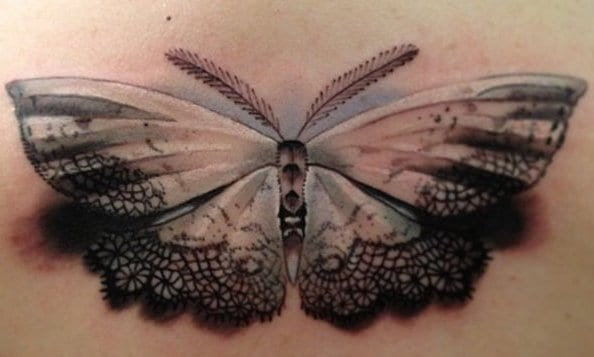 Dekolleté Tattoo Frau