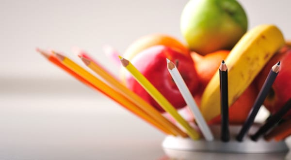 Tisch- und Thekendekor mit moderner Obstschale