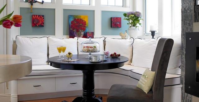 traditinelle sitzecke k che in wei mit rundem esszimmertisch massiv in schwarz freshouse. Black Bedroom Furniture Sets. Home Design Ideas