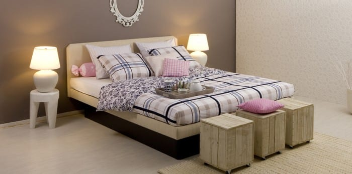 wasserbett f r schlafzimmer grau mit diy hocker aus paletten freshouse. Black Bedroom Furniture Sets. Home Design Ideas