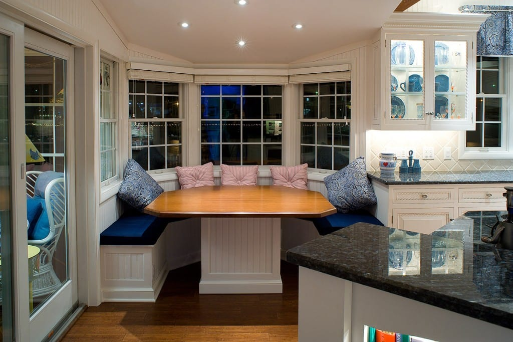 weiße runde sitzecke küche mit blauen sitzkissen und