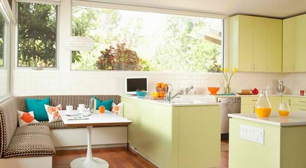 Weisse sitzecke kuche fur kleine kuche mit kuchenschranke for Küche hellgrün