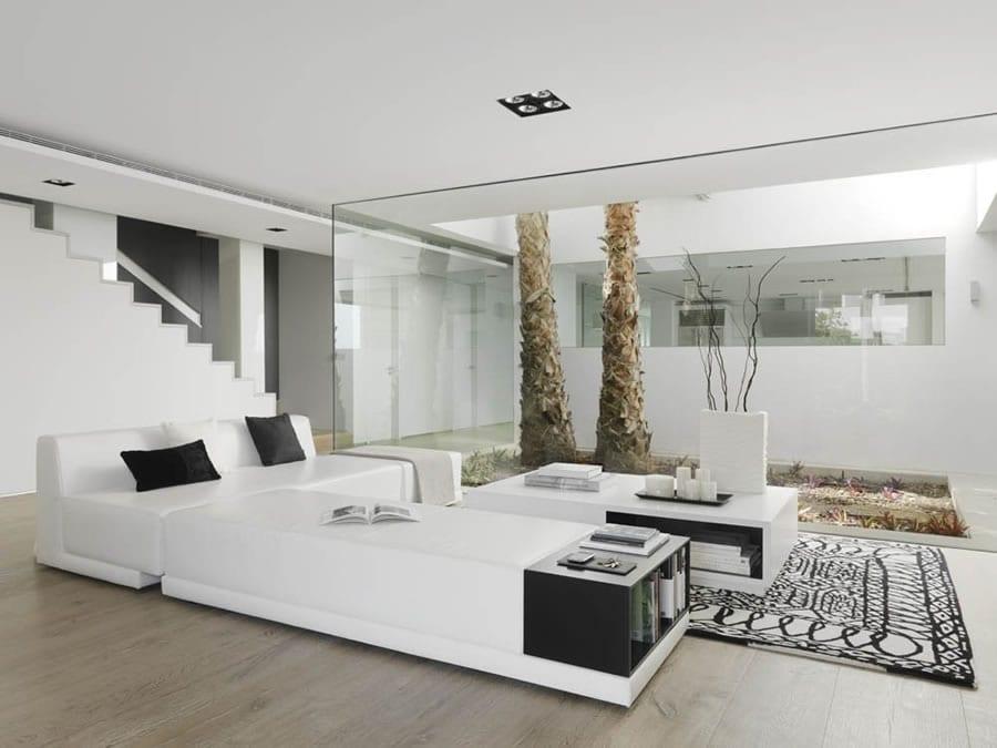 Fantastisch Weißes Minimalismus Im Wohnzimmer Mit Glasvitrine Zum Hofgarten