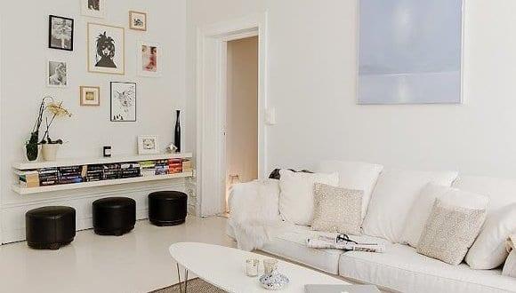 Wohnzimmer Interior Design In Weiß Mit Weißem Sofa Und Schwarzen  Lederhocker Rund