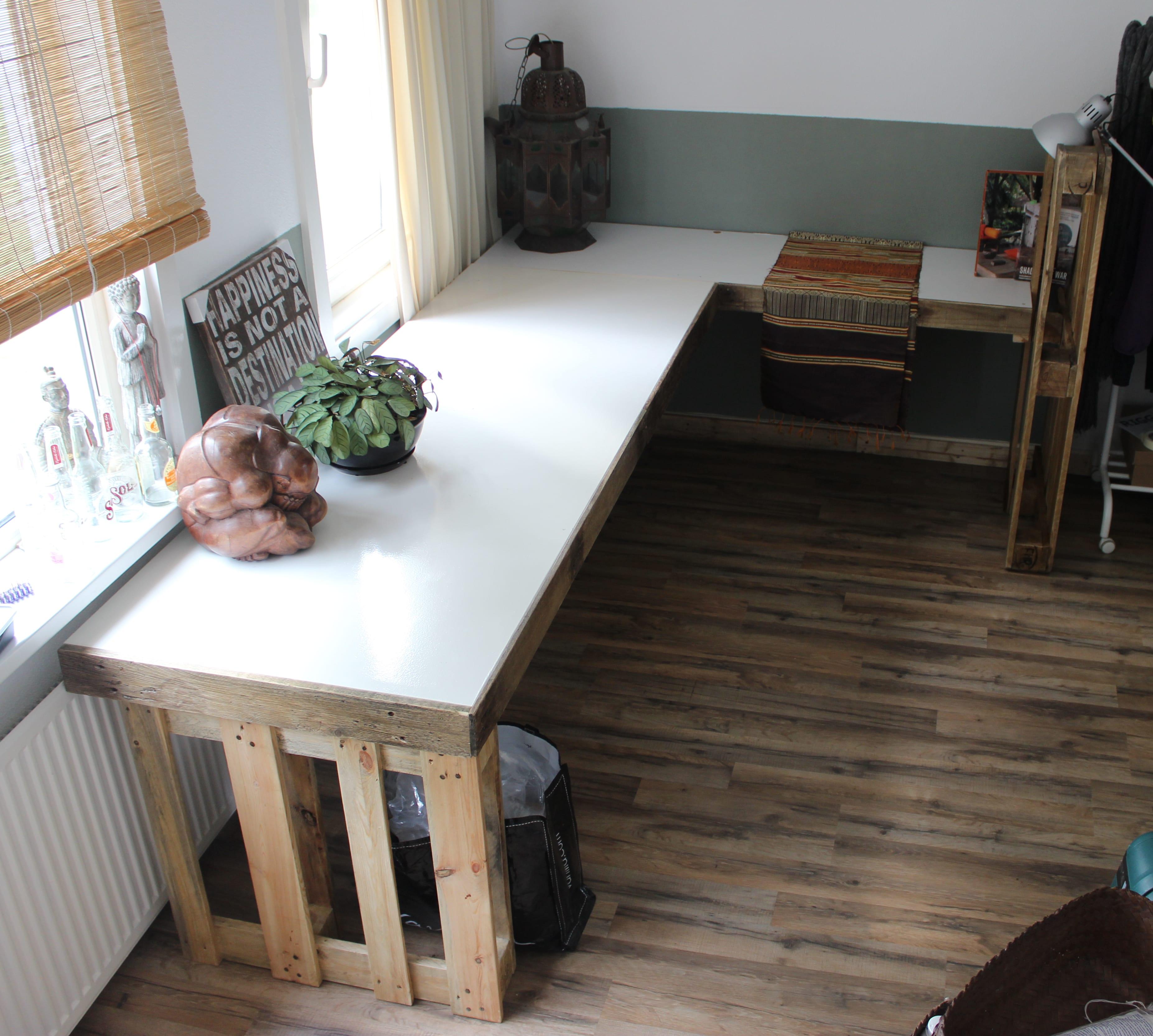 diy schreibtisch aus paletten selber bauen freshouse. Black Bedroom Furniture Sets. Home Design Ideas