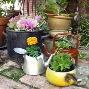 Teekessel und Töpfen als DIY Blümentöpfen für kreative Gartendeko