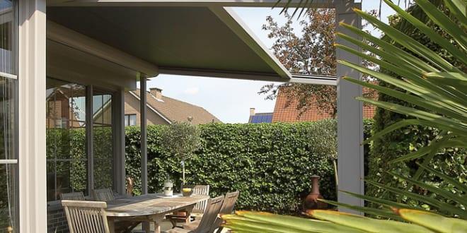 Terrassen- und Gartengestaltung mit Terrassenüberdachung in beige lagune