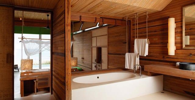 Coole Badezimmer Einrichtung Mit Holz Und Fenster Zum Wohnzimmer