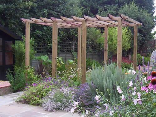 Holzpergola als gartengestaltung im cottage garden freshouse for Gartengestaltung cottage