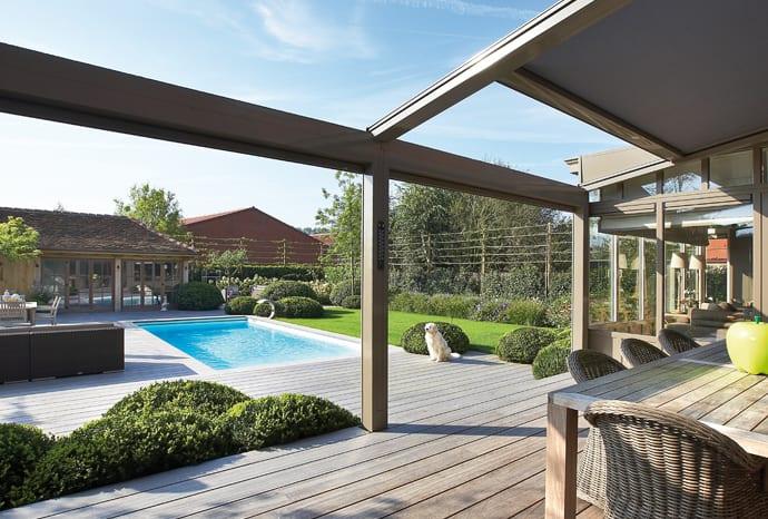 holzterrasse mit terrassen berdachung als beschattung und regenschutz in farbe beige freshouse. Black Bedroom Furniture Sets. Home Design Ideas