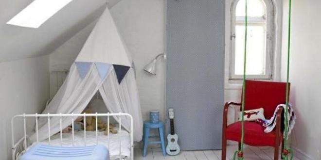 kinderzimmer mit dachschr ge und schaukel in gr n freshouse. Black Bedroom Furniture Sets. Home Design Ideas
