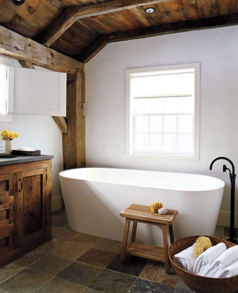 landhaus badezimmer interior in weiß mit holzdecke und ...