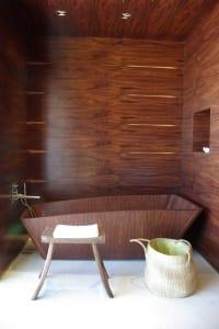 luxus badezimmer holz mit moderner badewanne und wandverkleidung aus dunklem holz