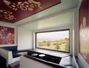 moderne Deckengestaltung in rot mit Schallschutzpaneelen