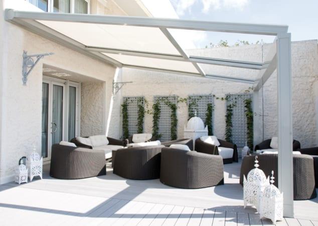 Moderne Terrasse Mit Sonnenschutz Aus Beweglicher Markise Weiss