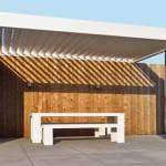 terrasse ideen für moderne Terrasse Holz mit Beschattung durch weiße Terrassenüberdachung aus Lamellen