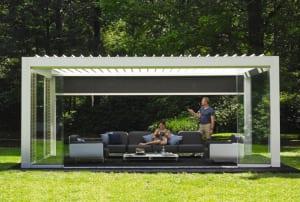 schöne gartenideen für gartengestaltung mit überdachter Terrasse als Gartenlaube in weiß mit Sonnen- und Windschutz