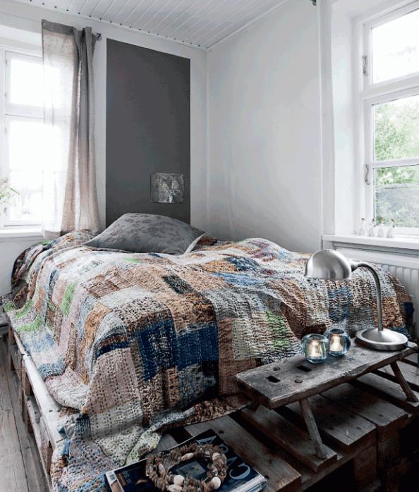 schlafzimmer einrichtung mit palettenbett und wandfarbe grau freshouse. Black Bedroom Furniture Sets. Home Design Ideas