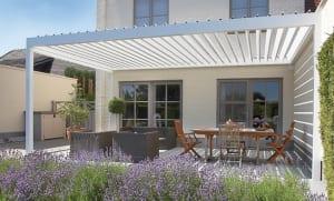 weiße Terrassenüberdachung mit Sonnenschutzpanellen für Beschattung