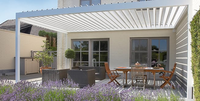 wei e terrassen berdachung mit sonnenschutzpanellen f r. Black Bedroom Furniture Sets. Home Design Ideas