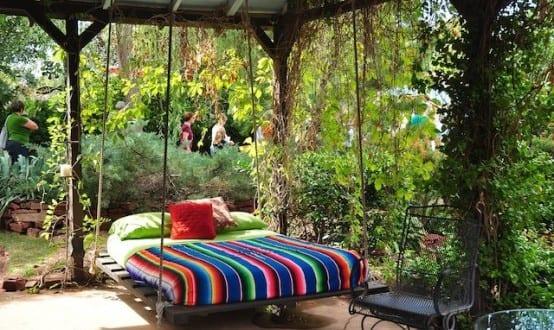 überdachte terrasse mit DIY Hängematte aus Europaletten einrichten